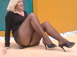 flashing pantyhose whore on side of road
