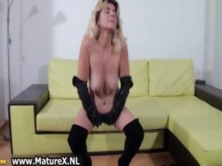dilettante mommy likes finger fucking part7
