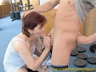 sporty mama loves sex at the gym