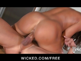 naughty - milf lisa ann invites worker in for