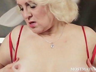 aged blondie finger bonks lusty twat