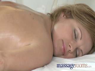 Massage Rooms Hot MILF enjoys big oily fingers